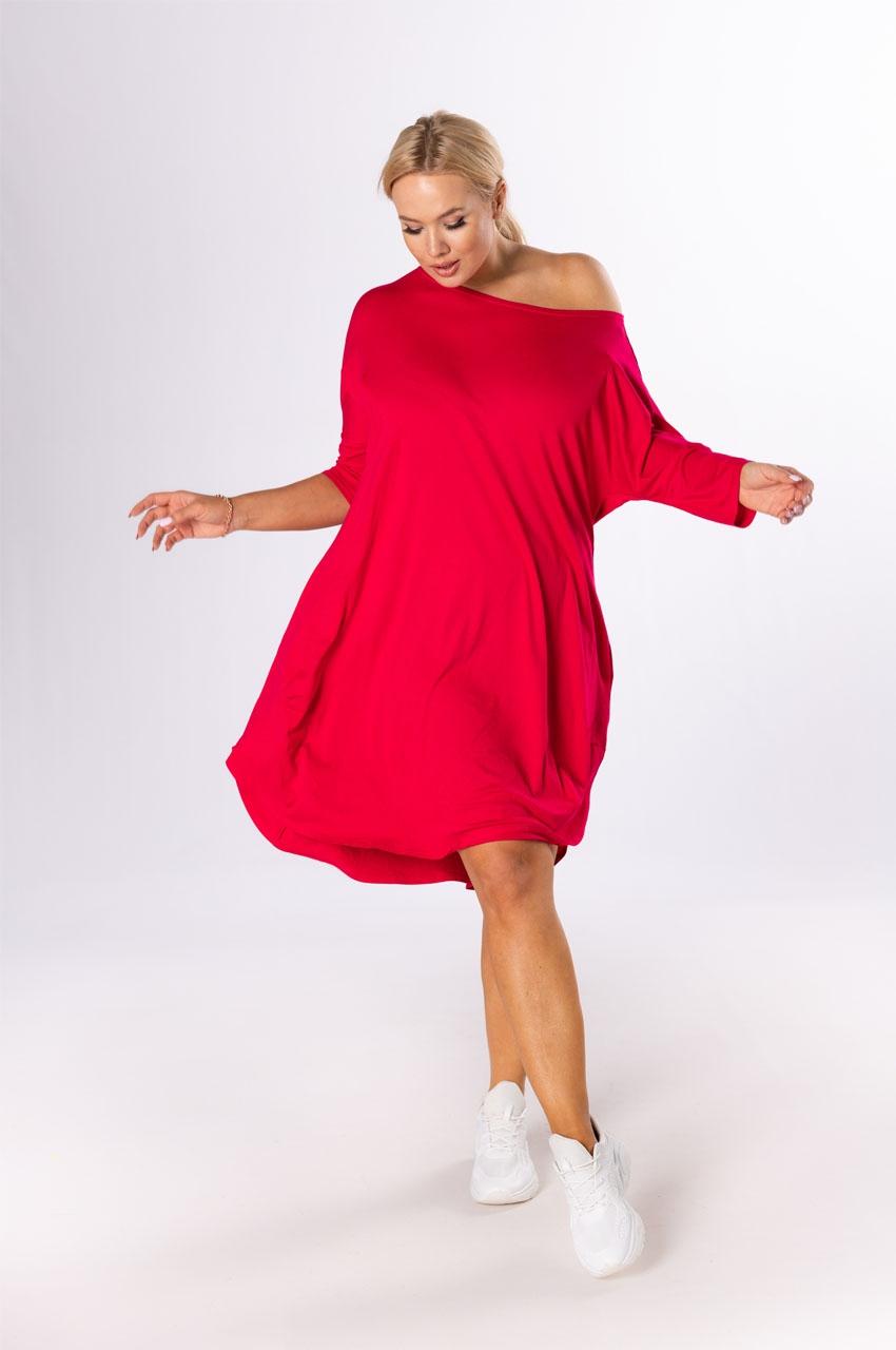 czerwona sukienka xxl z kieszeniami i opadającym ramieniem